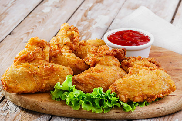 炸鸡可当作主菜或点心,都很受欢迎。(Fotolia)fried chicken wings in batter