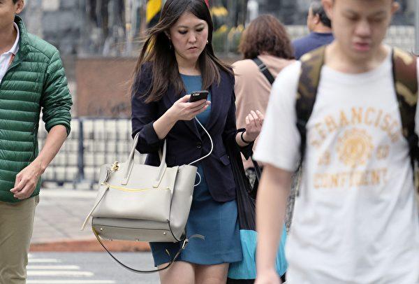 學者表示,中共部份資金進入地區性廣播電台,並透過網絡社群散佈假訊息,採用隱匿方式影響輿論、滲透台灣民主。圖為台灣一處街頭,示意圖。(SAM YEH/AFP via Getty Images)
