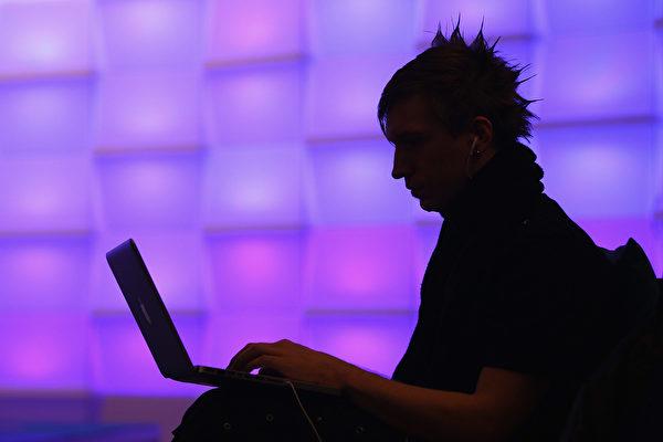 情報是信息戰的組成部份之一,信息戰的目的是使敵軍瓦解。示意圖。(Sean Gallup/Getty Images)