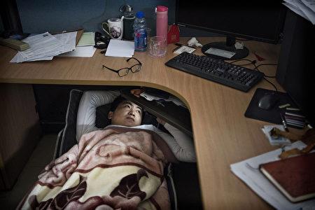 華為的企業文化是狼文化,工作規定是996,從早9點工作到晚9點,一周工作6天。圖為華為員工中午時可以午休一下。(Kevin Frayer/Getty Images)