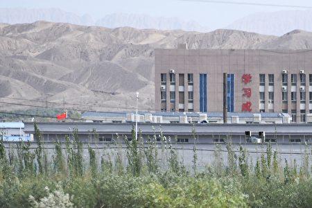 中共新疆黨委政法委於2017年11月下發的一份9頁《意見》機密文件說,絕對不允許再教育營發生逃跑事件,以及所有被教育認識信息將錄入公安的「一體化平台」。圖為新疆的一處再教育營。(GREG BAKER/AFP via Getty Images)