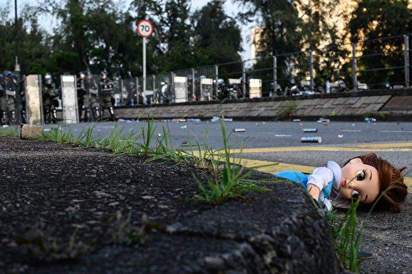 8月5日在大埔區警方釋放催淚彈的現場,一個娃娃被遺落在地上。(PHILIP FONG/AFP/Getty Images)