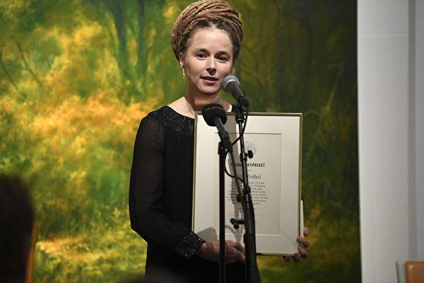 瑞典文化部長阿曼達·林德(Amanda Lind)11月15日出席瑞典筆會年度圖霍夫斯基獎頒獎典禮,頒發新聞自由獎給桂民海。(TT News Agency/AFP/Getty Images)