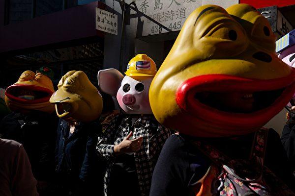 12月8日,港人大遊行中,108位市民頭戴玻璃纖維佩佩蛙(PEPE)及連登豬面具,每一隻背後都有一個故事。(ALASTAIR PIKE/AFP via Getty Images)