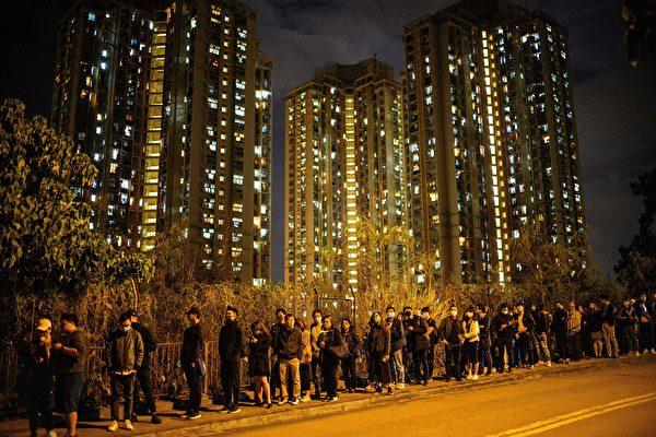 2019年12月12日,香港民眾到科大學生周梓樂墜亡事發地舉行悼念活動。(Anthony Kwan/Getty Images)