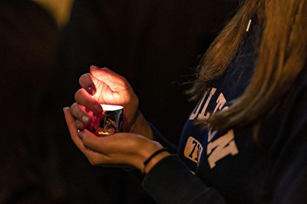 2019年12月12日,香港民眾到科大學生周梓樂墜亡事發地進行悼念。(Anthony Kwan/Getty Images)