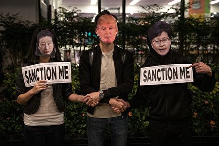圖為2019年10月28日,香港民眾參加感謝美國通過《香港人權與民主法案》,表達希望特朗普制裁鎮壓反送中活動的香港官員。(Chris McGrath/Getty Images)