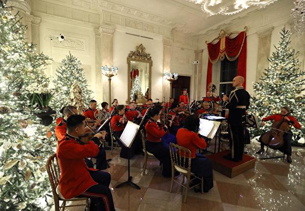 白宮盛裝迎接2019年聖誕節。2019年12月2日,一支軍樂隊在白宮演奏。(Mark Wilson/Getty Images)