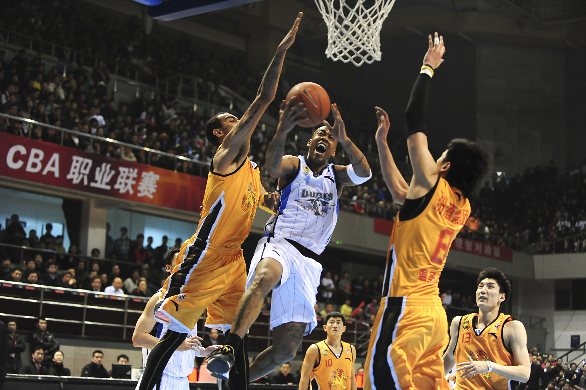 中國職籃法籍球員未看五星旗挨罰 網民吐槽
