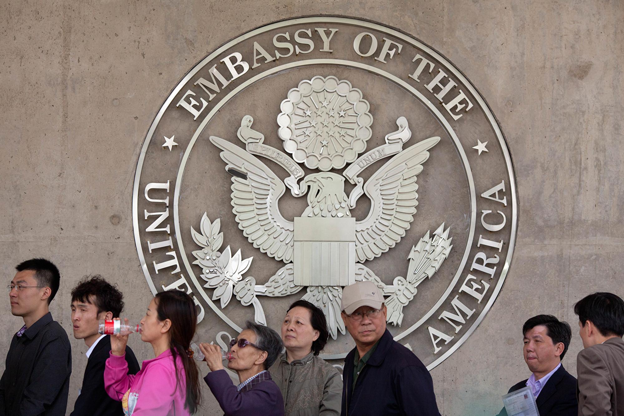 《環球時報》新媒體部主任郝珺石自稱申請美國簽證被拒絕,遭網民嘲諷。圖為2012年4月27日,大陸民眾在美國駐北京大使館排隊。(Ed Jones/AFP/GettyImages)
