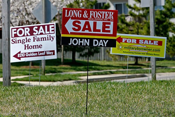 CHESAPEAKE BEACH, MD - APRIL 03: For sale signs stand on a medium strip in a housing development April 3, 2007 in Chesapeake Beach, Maryland. Although the U.S. stock market rose sharply today, due in part to the announcement better pending sales of previously owned homes in February, sales are still down when compared to the numbers from 2006. (Photo by Mark Wilson/Getty Images)