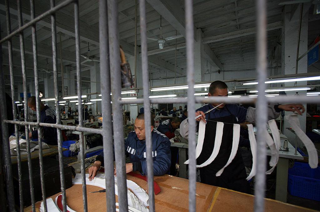2019年12月22日英國媒體披露了上海青浦監獄外籍囚犯在聖誕卡中求救的消息,中共否認奴工指控。圖為重慶一所監獄裏的縫紉車間。(China Photos/Getty Images)