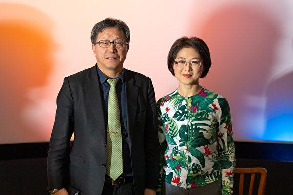 2019年11月28日,台灣駐德國代表謝志偉博士(左)在《假孔子之名》放映會後與導演秋旻合照。(張清颻/大紀元)