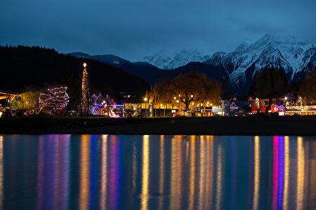 又到冬季燈光節了,湖中燈光倒影輝映著哈里森溫泉的自然美景。