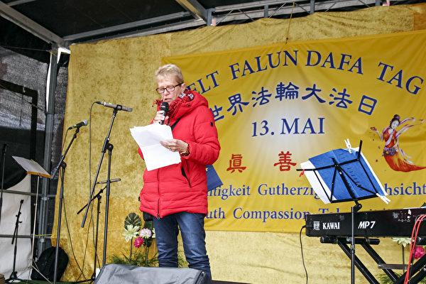 尼森女士於2019年5月11日在法蘭克福參加德國法輪功學員慶祝「世界法輪大法日」活動,並發言祝賀。(曹工/大紀元)