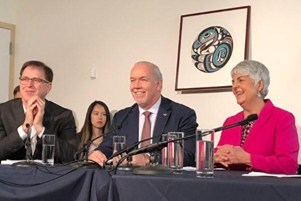 省长贺谨、卫生厅长狄德安(左一)、财政厅长詹嘉璐共同宣布明年起取消MSP收费。