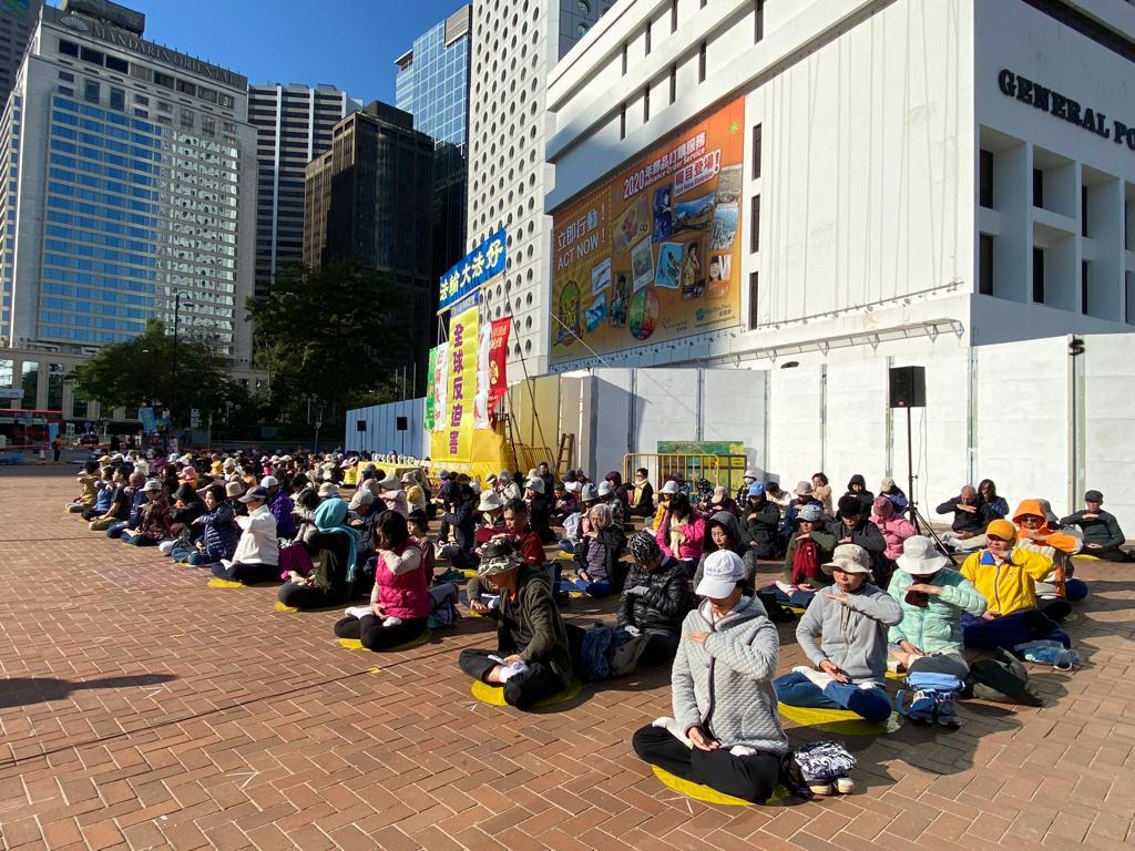 12月8日香港法輪功團體在愛丁堡廣場團體大煉功。(駱亞 / 大紀元)