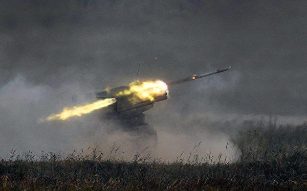 2017年8月22日,俄羅斯「格拉德」(Grad)多管火箭發射系統在莫斯科郊外庫賓卡(Kubinka )的愛國者(Patriot)公園開火。(Alexander Nemenov/AFP via Getty Images)