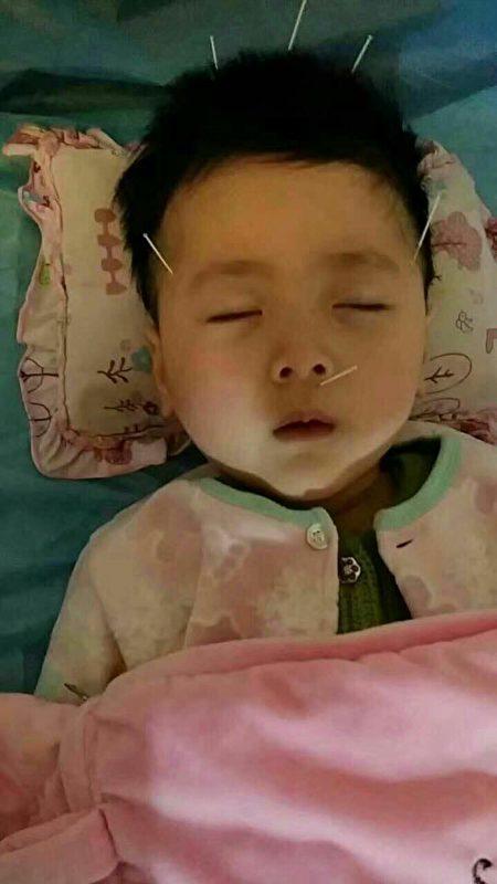 因為施打假疫苗,小豆豆小小年紀就要遭受針劑之苦。(受訪者提供)