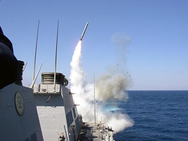 2003年3月22日,美國導彈驅逐艦波特號向伊拉克發射「戰斧」地面攻擊導彈。(Christopher Senenk/U.S. Navy/Getty Images)
