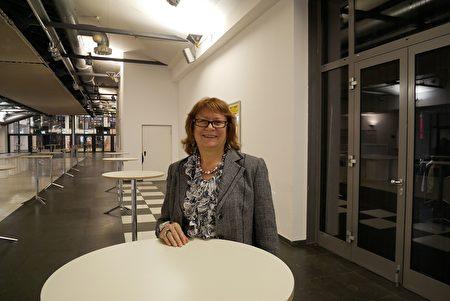 2019年12月29日,一年一度德國法輪大法修煉心得交流會在柏林召開。來自保加利亞的羅曼諾娃(Ivelina Romanova)也參加了交流會。傾聽會上發言後,講述自己的體會。(穆華/大紀元)