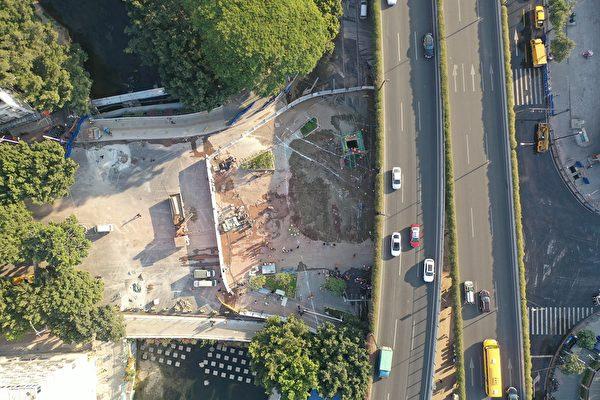 坑中已經填滿水泥,當局隨後稱在塌陷區域安裝了鋼護筒,形成所謂的「救援通道」。(大紀元資料圖)