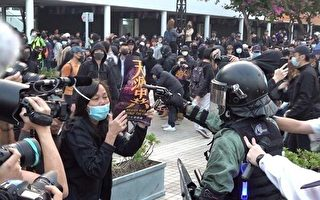 動盪中過冬 港警中環實槍指市民