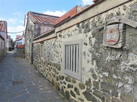 二崁村的古屋,都是用稜稜角角的咾咕石堆起的岩牆。