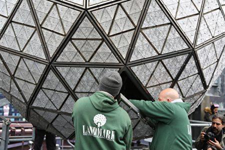12月27日时代广场倒计时落球仪式主办方向公众演示最后一块水晶安装到水晶球上。