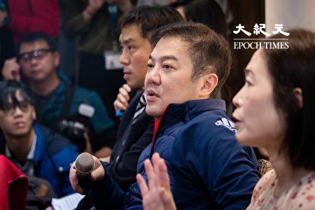 远东航空12日无预警停飞,董事长张纲维(右2)13日召开记者会对外界说明。