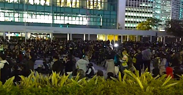 【直播中】反暴政半年 港人舉行齊上齊落集會