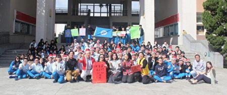 桃園平鎮區復旦高中自發性發起「寒冬獻愛」,協助推廣義賣品、募集發票。
