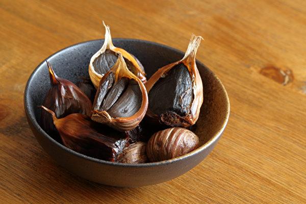 和生蒜相比,发酵制成的黑蒜大蒜素较低,味道比较温和。(Shutterstock)