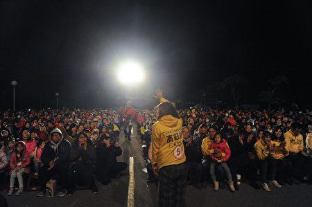 時代力量新竹市立委候選人請紙風車劇團前來新竹市表演,27日晚間天氣相當寒冷,但觀眾熱情不減,現場湧入約3000名的大小朋友。