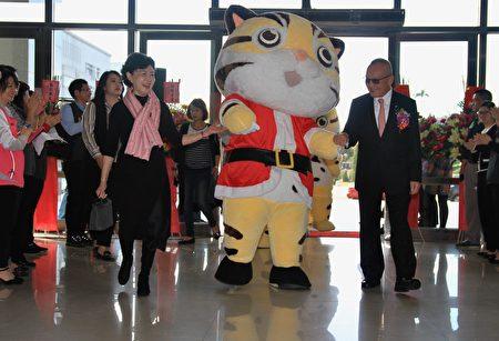 苗縣長徐耀昌伉儷在貓裏喵快閃中進場。