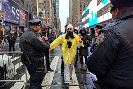 时代广场跨年倒数,警方将进行严密的安检。