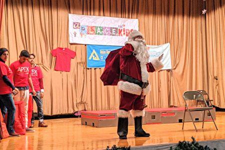 主办单位请志工扮成圣诞老人,赠送学童温馨的小礼物。