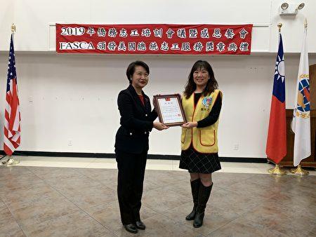 侨务志工李秀臻服务144小时,获表彰。