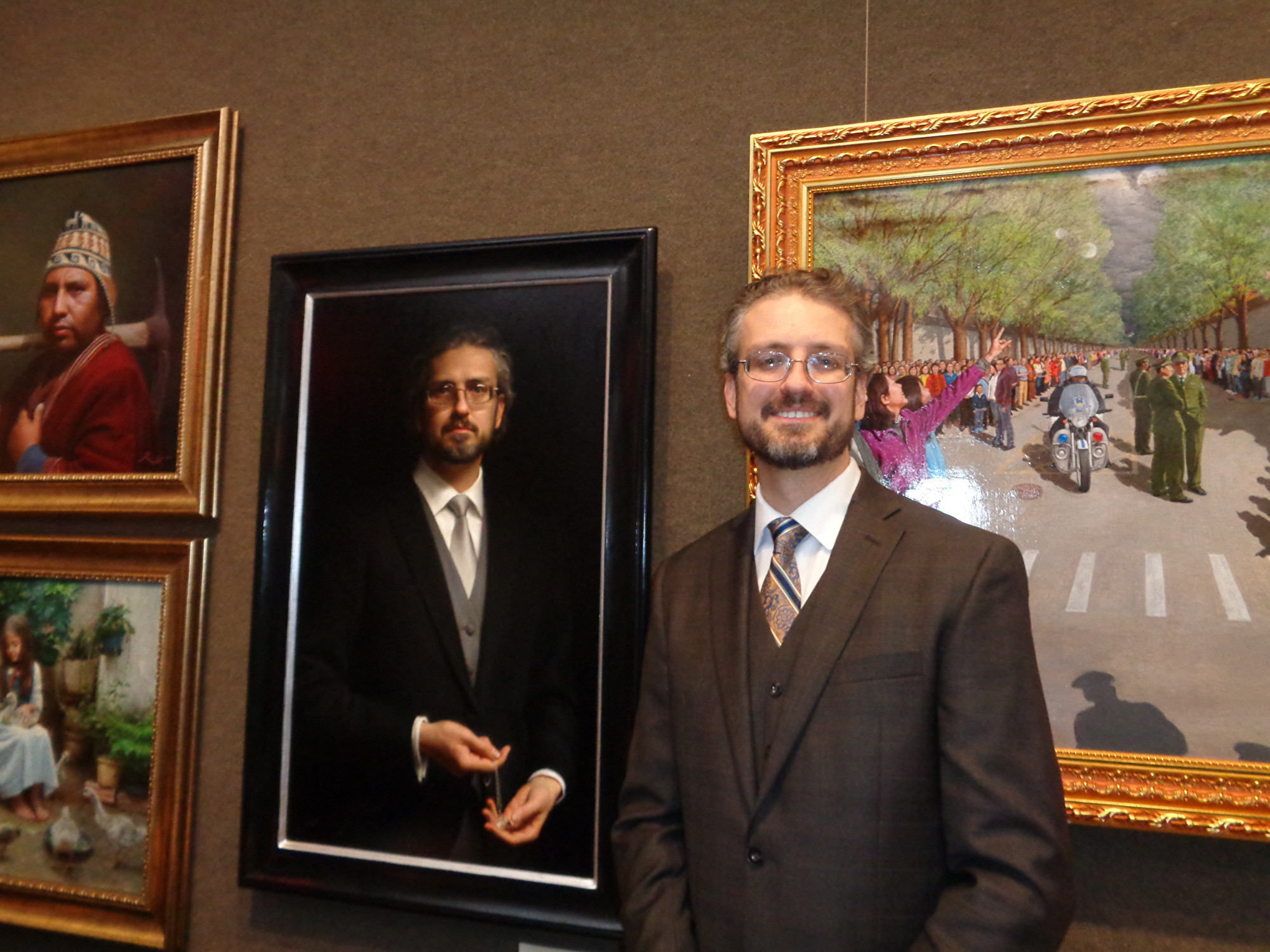 Joseph Daily與他的畫作《自畫像——準備禮拜》(Self Portrait Preparing for Worship)。(洪雅文/大紀元)