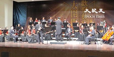 桃园市国乐团演出大开门。
