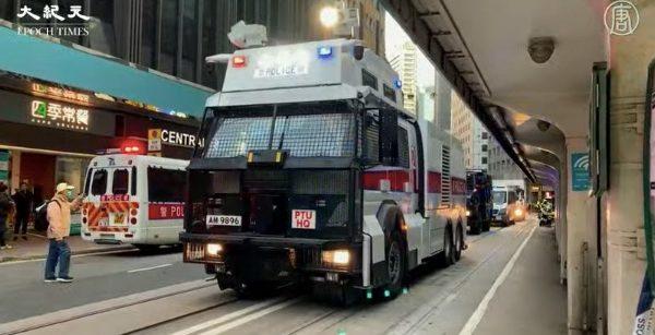 12月8日港人大游行,警方出动水炮车。(大纪元视频截图)