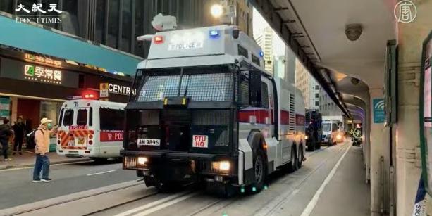 【12.8反暴政組圖】港人遊行 警出水炮車裝甲車