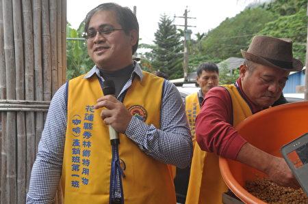 秀林乡特用作物(咖啡)产销班长戴丰秋 (左)介绍重光部落有机咖啡。