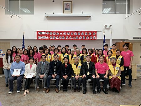 获奖的侨务志工和获总统志工服务奖的FASCA志工。