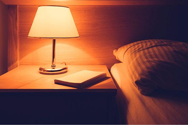 營造一個理想的睡眠環境,也有助於進入深度睡眠。(Shutterstock)