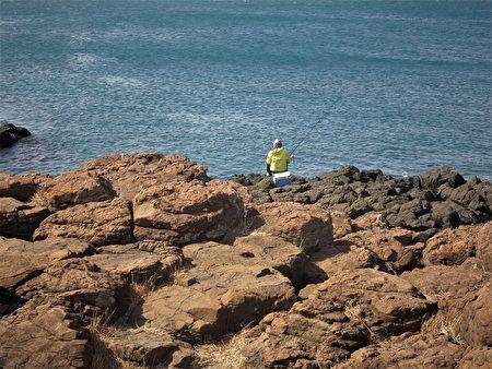 風櫃洞岩岸上常有海釣客來垂釣。