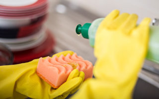 在洗碗精、洗手液或沐浴乳里加水稀释使用,这样做正确吗?(Shutterstock)
