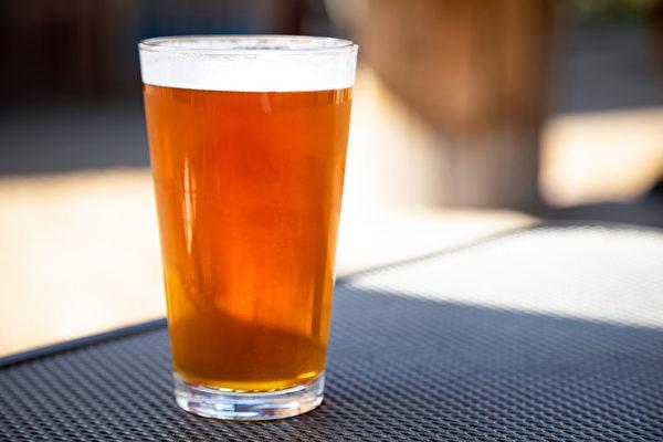 新研究发现,喝酒后会脸红的人可能更易患老年失智症。(Shutterstock)