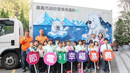 小朋友举手发问北极熊为何站在冰上?左面北极熊脚下的冰块为何越来越小?