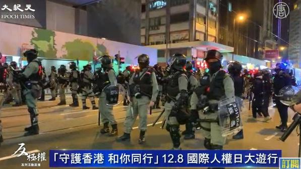 【12.8反暴政】港遊行抗議者在金鐘用傘陣與警方對峙